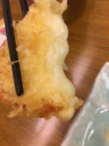 モッツァレラチーズの天ぷらを持ち上げたところ