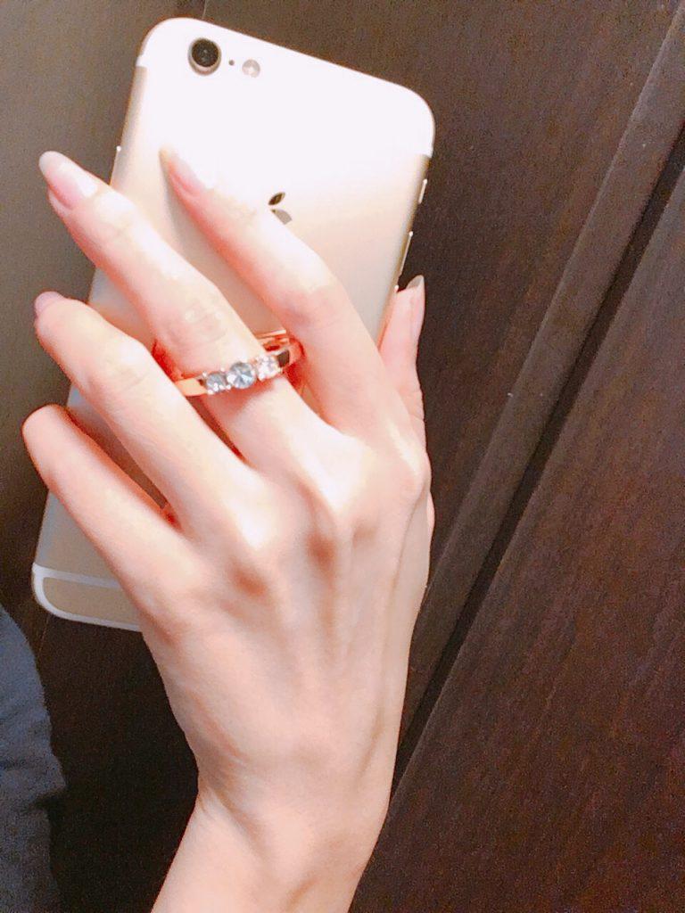 指輪をつけているみたいなしまむらのスマホリング