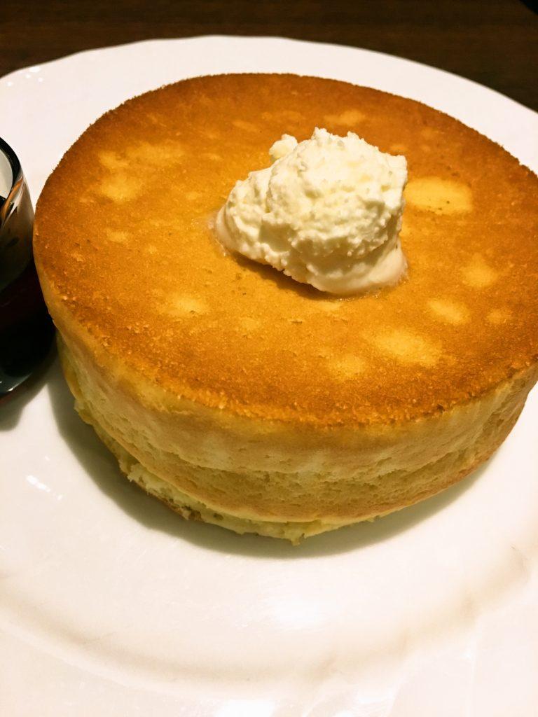 アップの窯焼きスフレパンケーキのハチミツシロップ