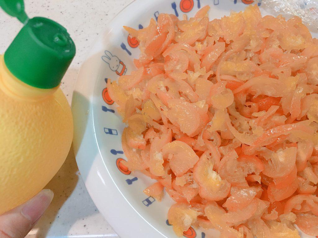 スライス金柑にレモン汁をかけるところ
