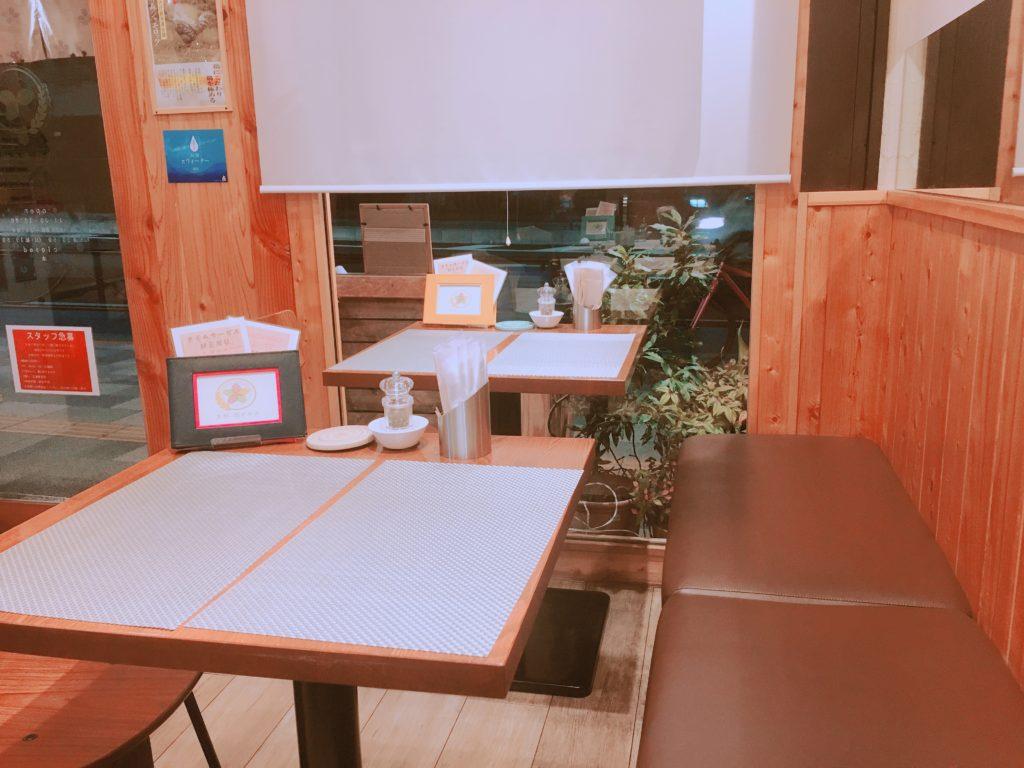 花のれんのテーブル席