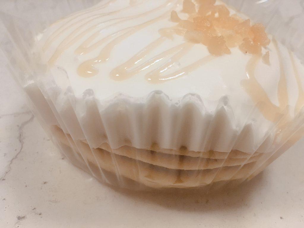 ココナッツミルククリームのパンケーキを横から見たところ