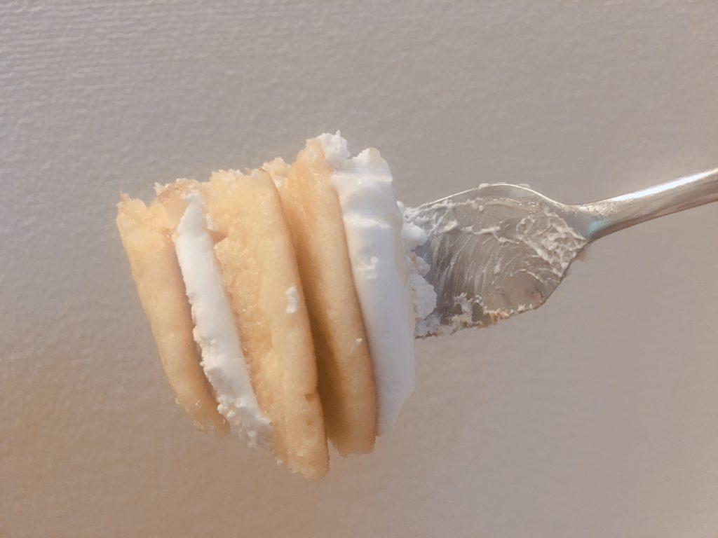 ココナッツミルククリームのパンケーキ一口分