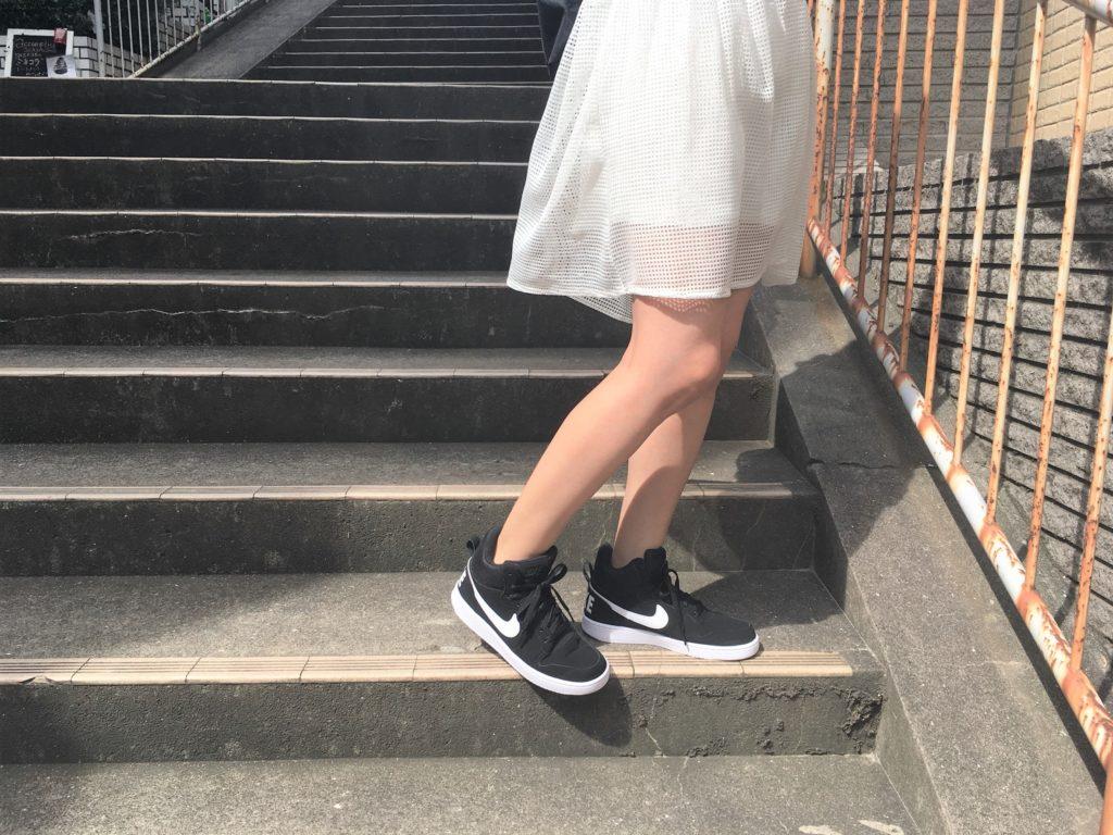 白スカートとコートバーロウMIDの組み合わせ
