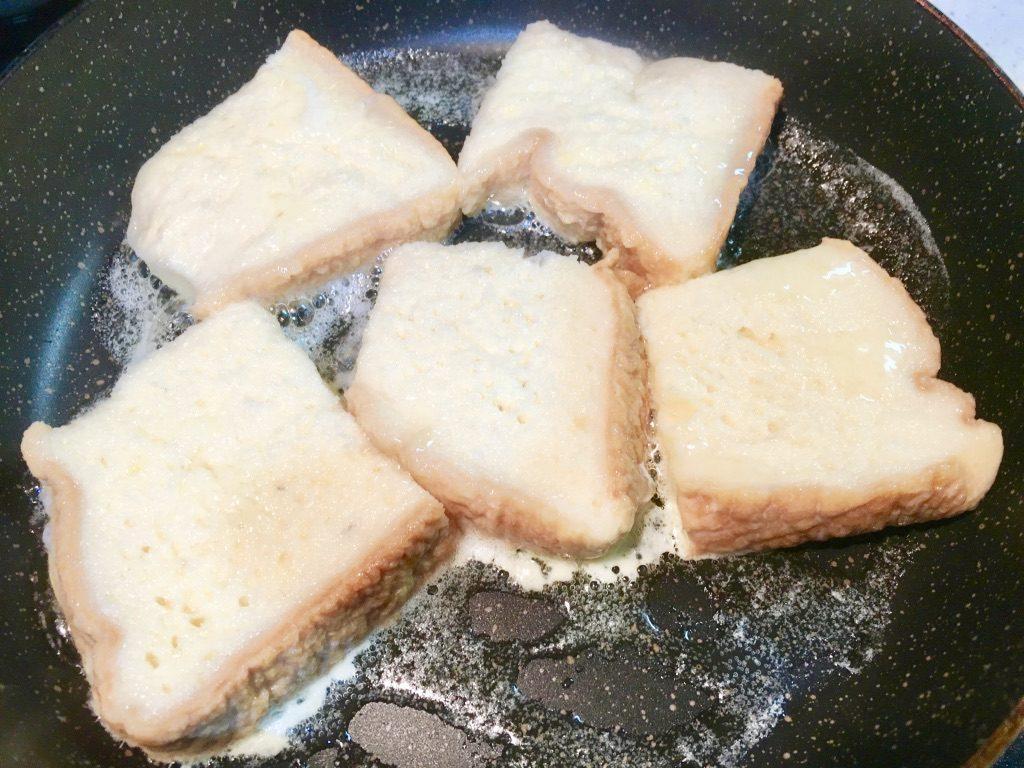 フライパンに食パンを投入したところ
