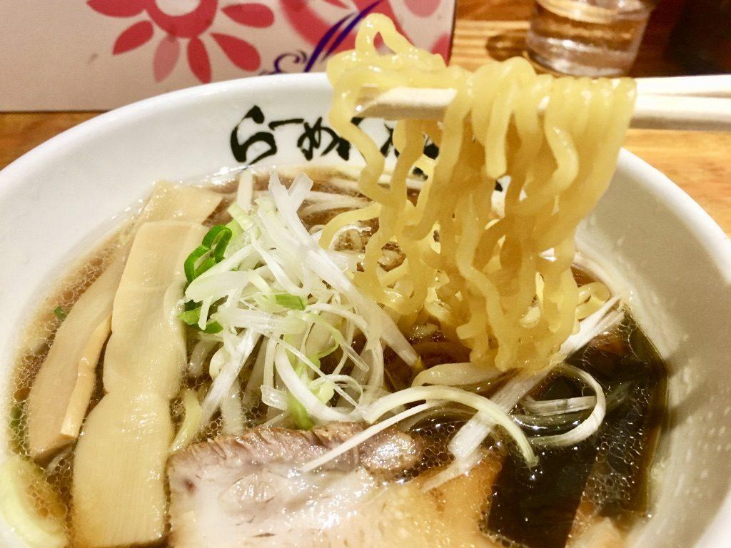 利尻ラーメン味楽 ミニ焼き醤油らーめん570円の箸上げ写真