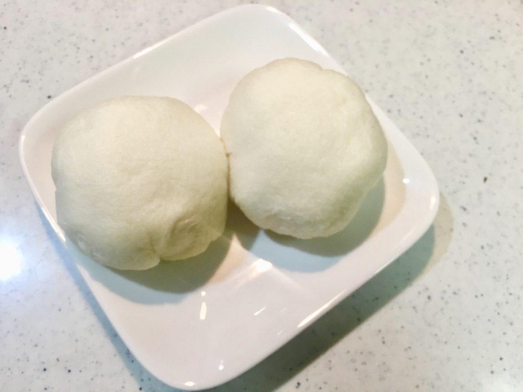 食パン肉まん2つを引きで撮ったところ