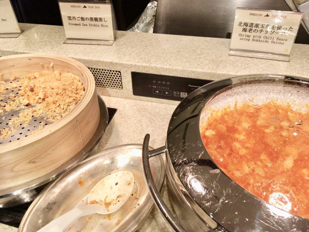 雲丹ご飯の蒸篭蒸しと北海道産玉葱を使った海老のチリソース