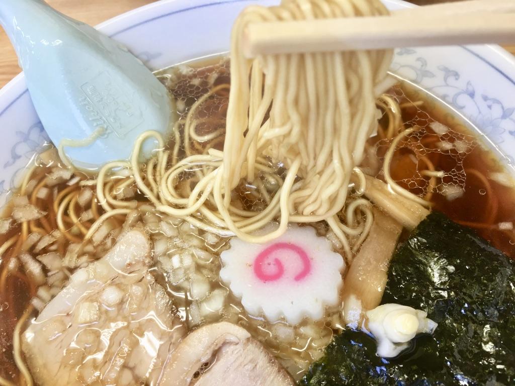 八王子ラーメン トモエ日野店 ラーメン600円 箸上げ写真