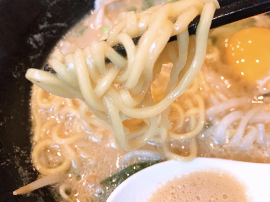 麺屋ガストの徳島ラーメン 749円の箸上げ写真