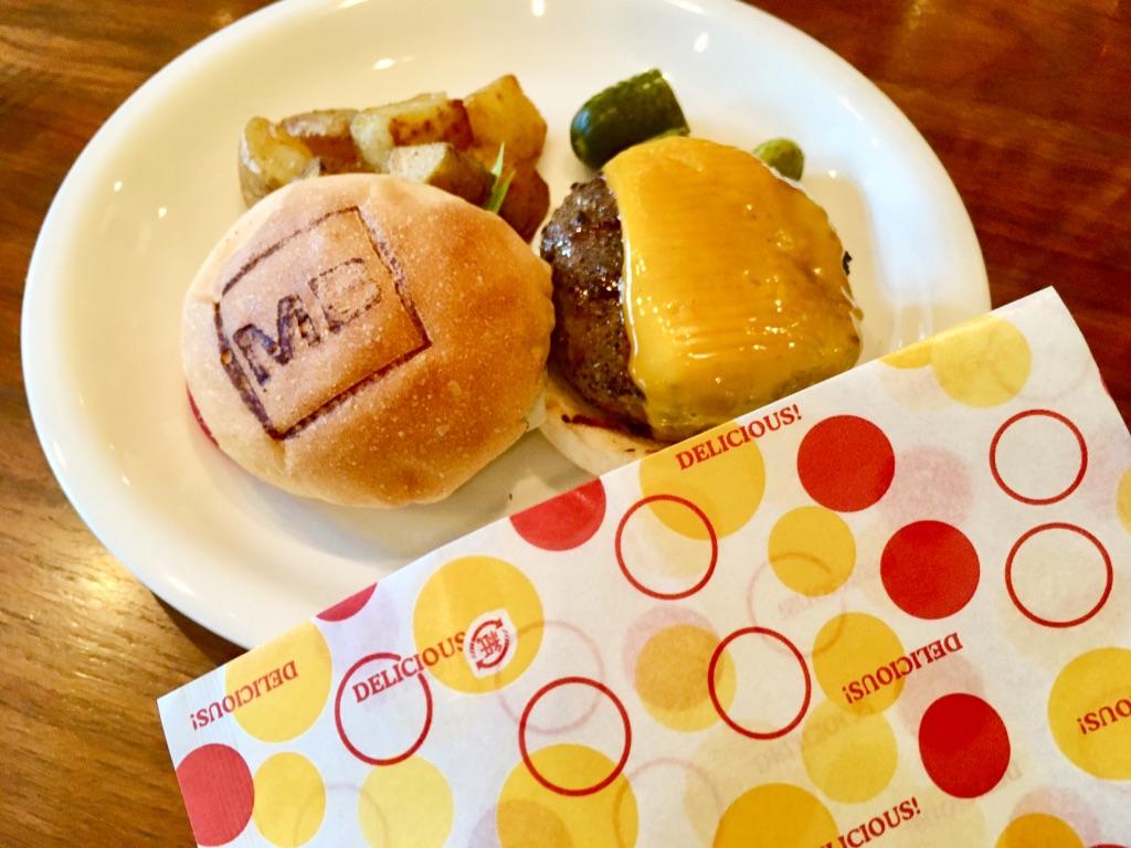 マティーニバーガーのランチ チーズバーガーセット バーガーペーパーで包むところ