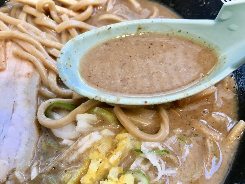 木更津アウトレット 松戸富田製麺 濃厚中華そば820円のスープ