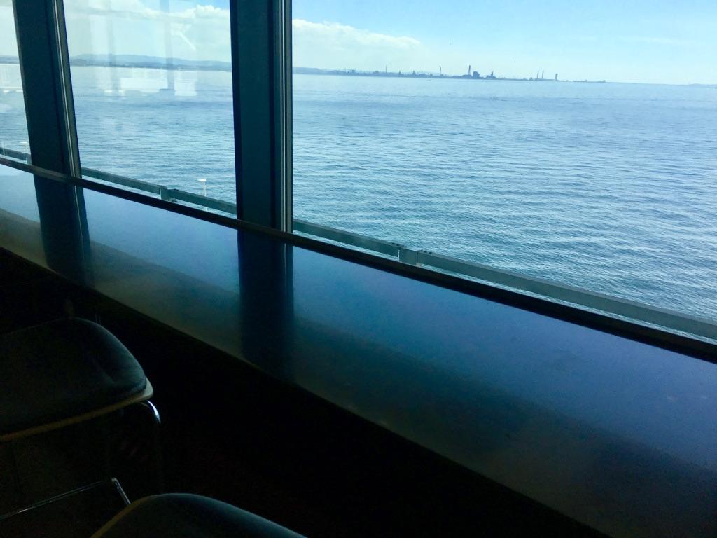 海ほたるPAの休憩場所から見える景色
