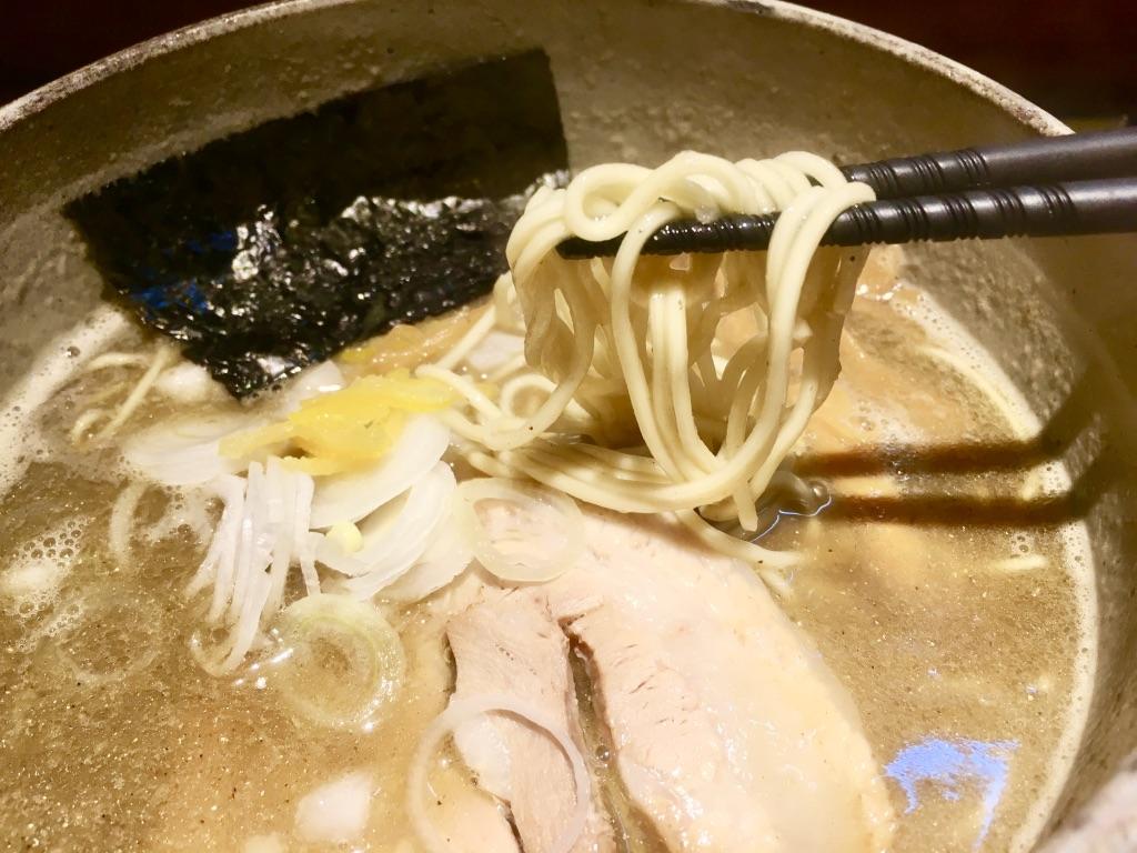 麺屋音 煮干しそば塩 850円の箸上げ写真