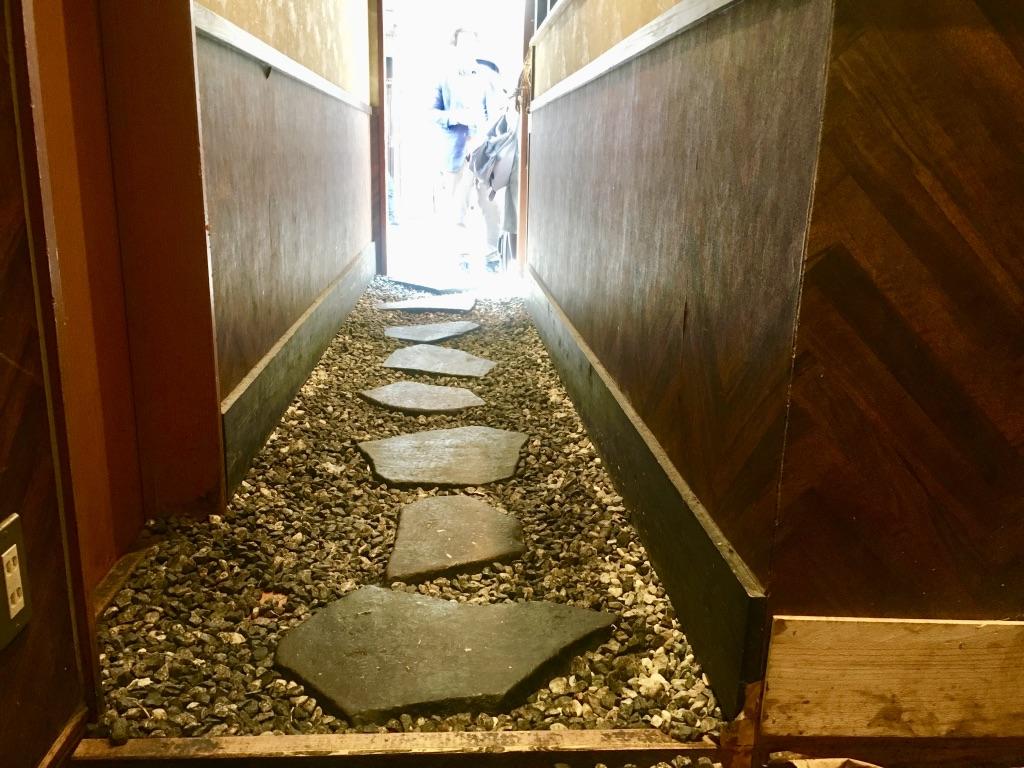 麺屋音 入り口の飛び石小道