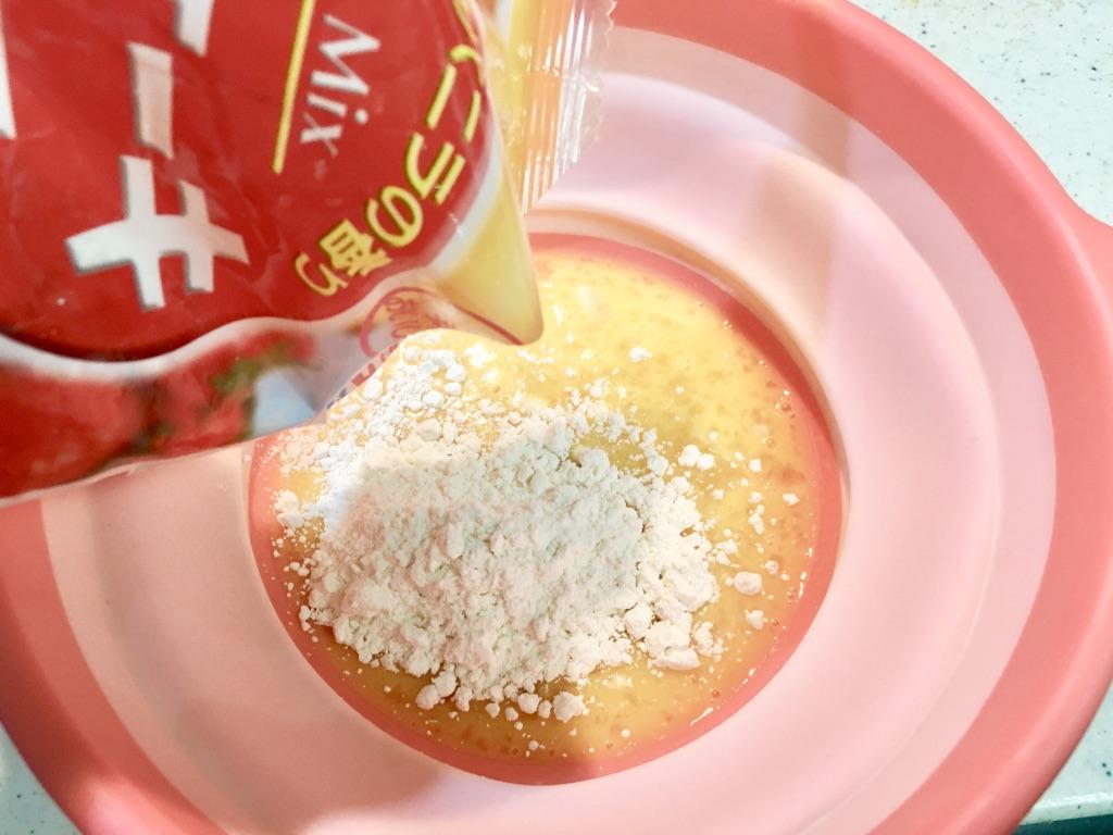 簡単ズボラドーナツの作り方手順その2 砂糖とホットケーキミックスを入れる