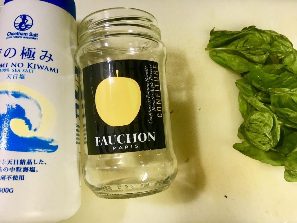 煮沸消毒した瓶と塩を用意