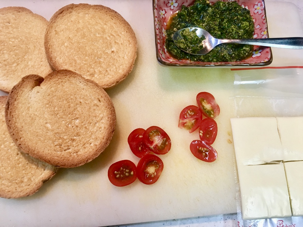 ラスク・トマト・スライスチーズ・ジェノベーゼソース