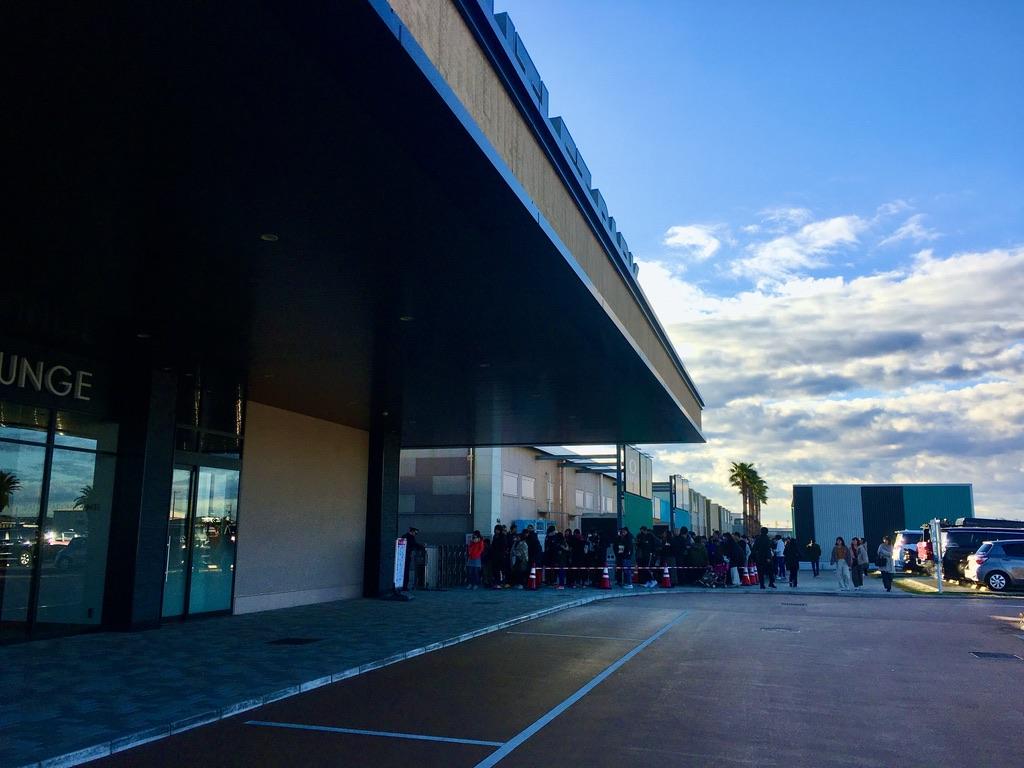 木更津アウトレット新年オープン前の入場ゲートの行列