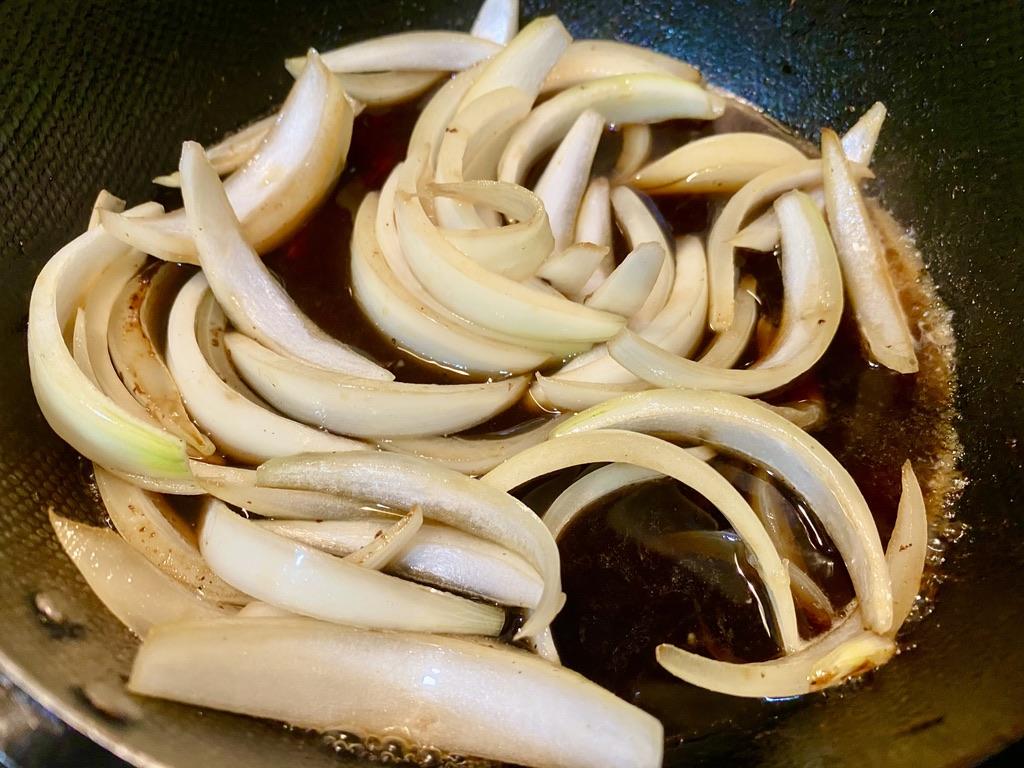 調味料を入れ玉ねぎを軽く煮込む